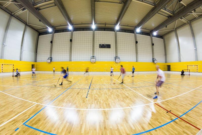 Интерьер современного спортзала с молодые люди стоковые фото