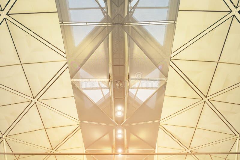 Интерьер современного торгового центра станции метро аэропорта Гонконга, потолка современного здания стоковое изображение rf