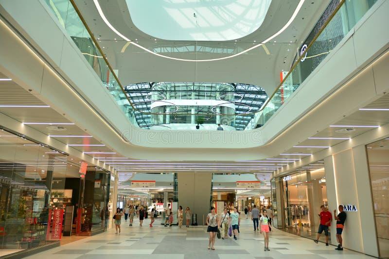 Интерьер современного торгового центра Galeria Mlociny стоковое фото