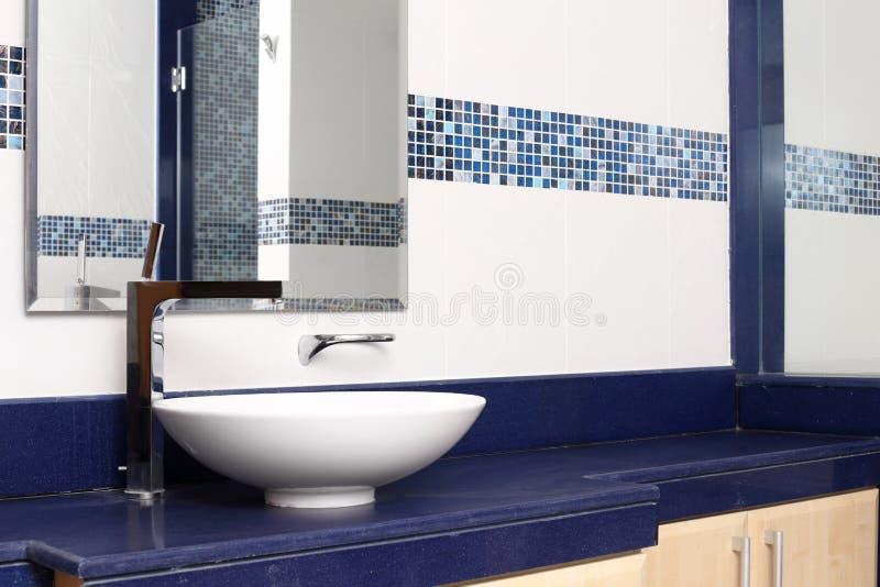 Download Интерьер современного туалета в европейском стиле Стоковое Изображение - изображение насчитывающей зеркало, basile: 40575327