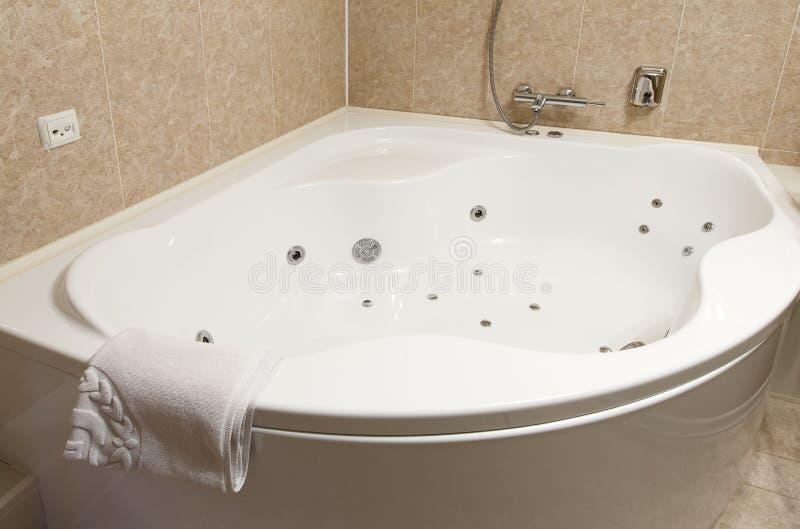 Интерьер современной ванной комнаты гостиницы, джакузи стоковые изображения rf