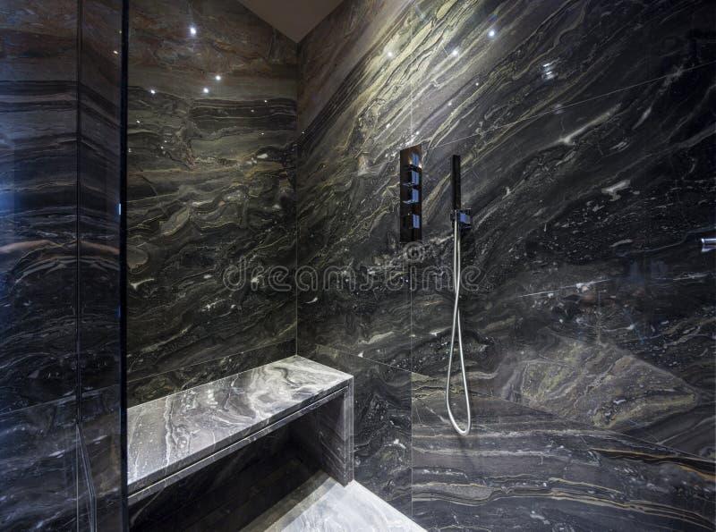 Интерьер современной ванной комнаты, ливня стоковые фотографии rf