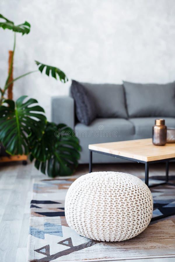 Интерьер современной живущей комнаты с удобной софой стоковая фотография