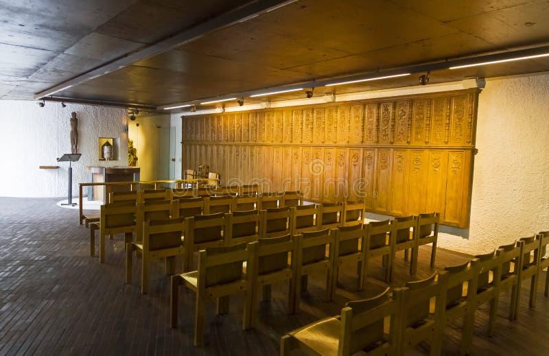 Интерьер современной католической церкви стоковые фотографии rf