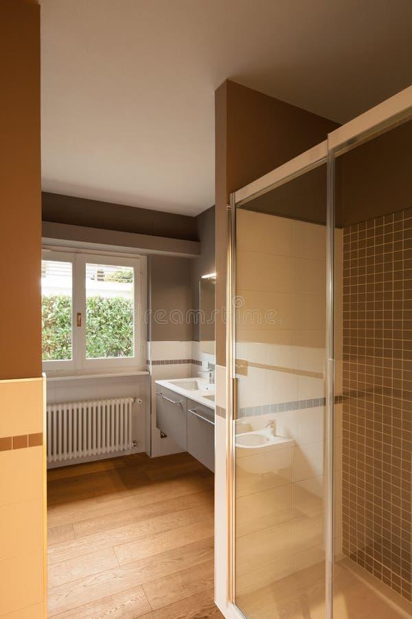 Интерьер современной квартиры, ванной комнаты стоковые изображения rf