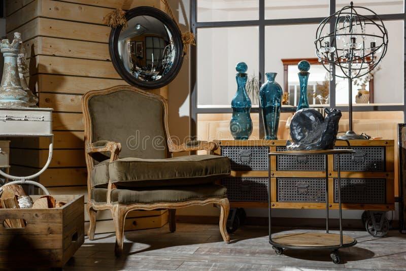 интерьер современной ретро введенной в моду живущей комнаты с креслом, таблицей стоковые фотографии rf