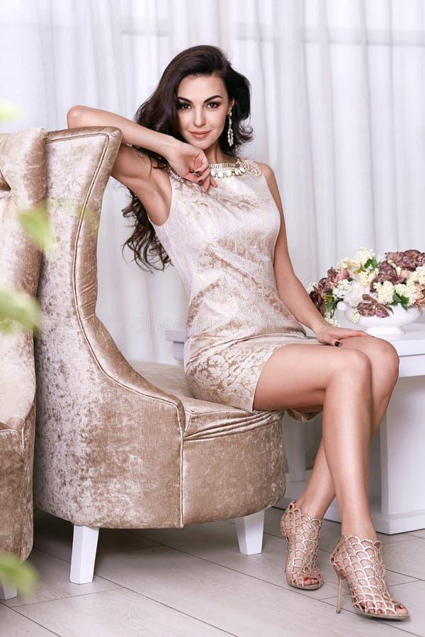 Интерьер состава ювелирных изделий платья красивой сексуальной женщины luxary стоковые фотографии rf