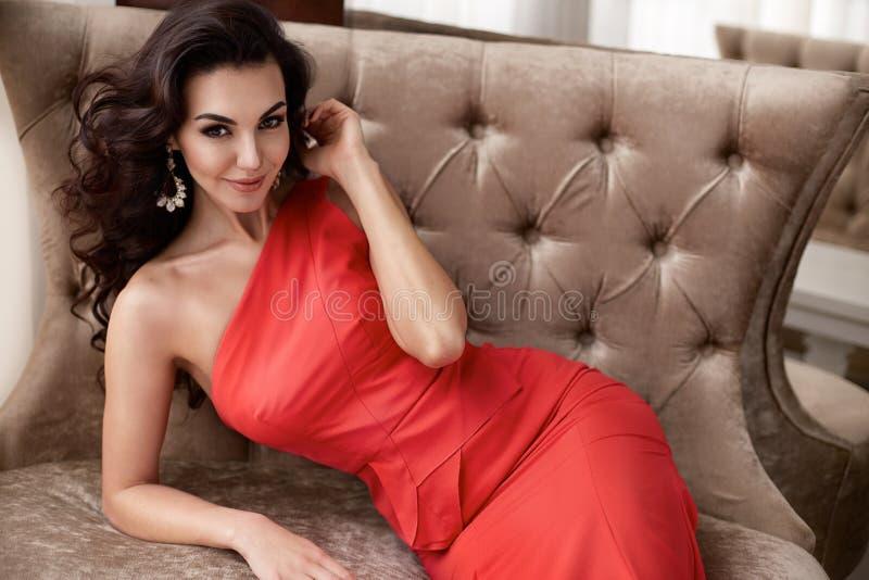 Интерьер состава ювелирных изделий платья красивой сексуальной женщины luxary стоковое изображение rf