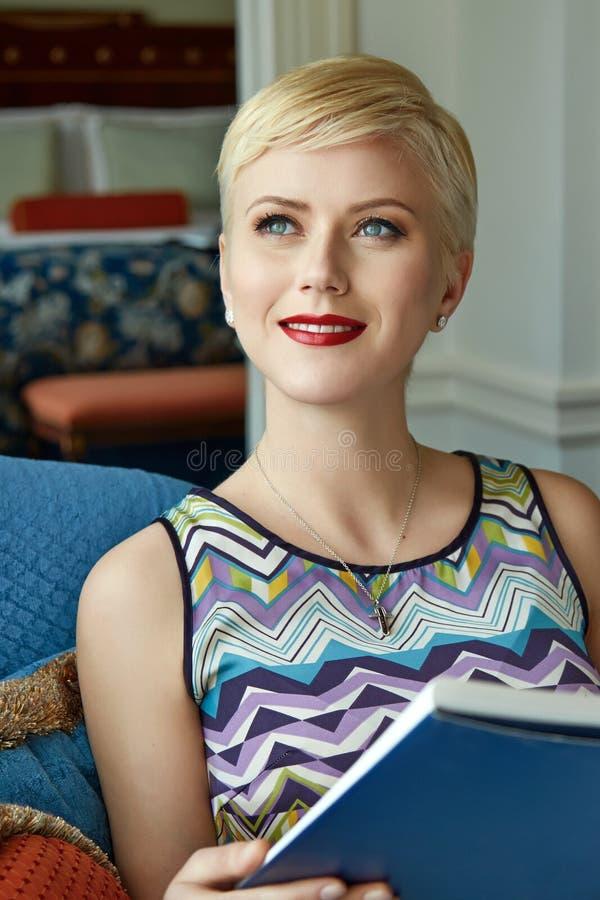 Интерьер состава ювелирных изделий платья красивой сексуальной женщины luxary стоковое фото