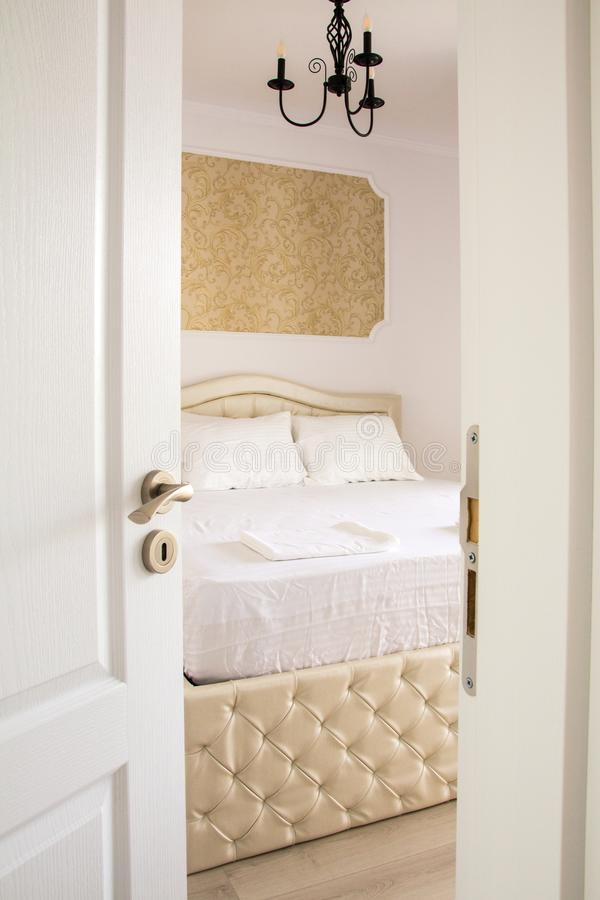 Интерьер спальни войдите в к спальне стоковая фотография