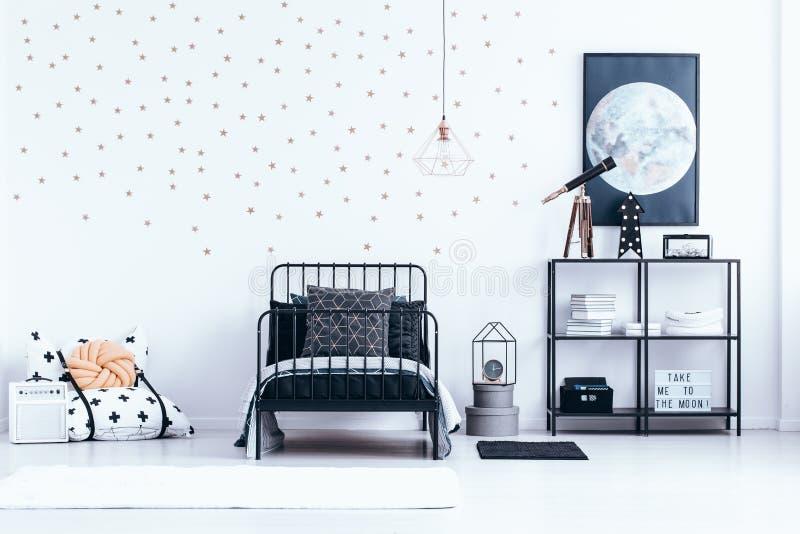 Интерьер спальни ` s подростка с звездами стоковое изображение rf
