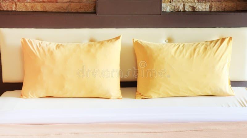 Интерьер спальни стиля с двойными желтыми подушками стоковое фото