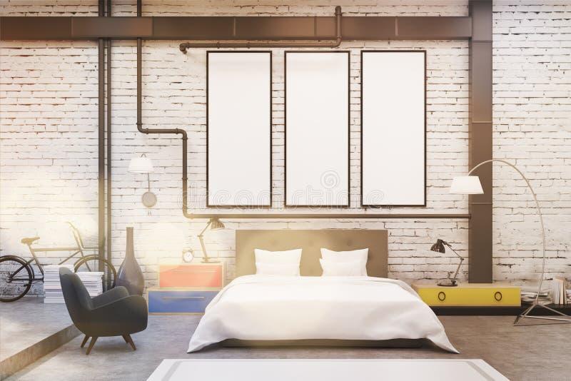 Интерьер спальни с белыми стенами и 3 узкими вертикальными плакатами на их иллюстрация штока