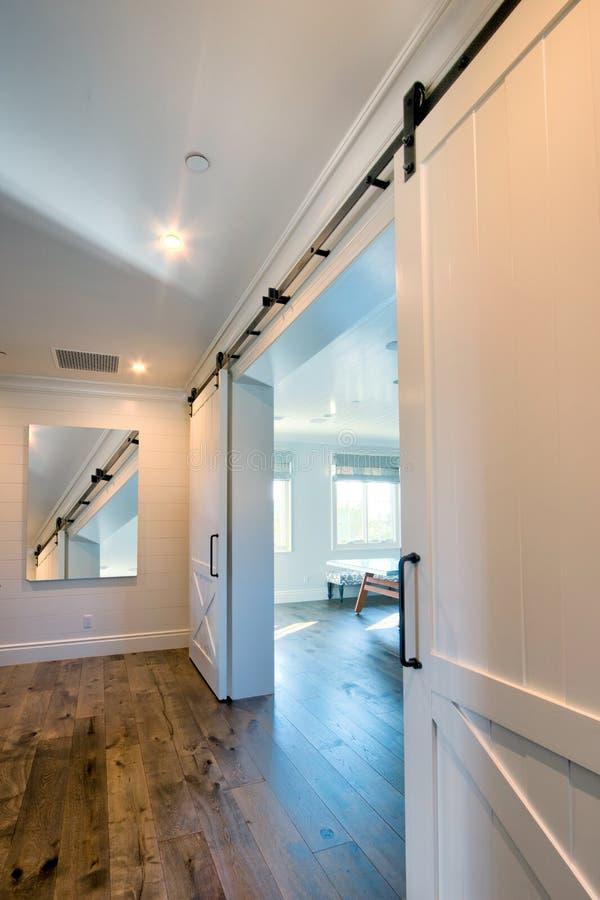 Интерьер сползая двери амбара в ванную комнату стоковая фотография rf