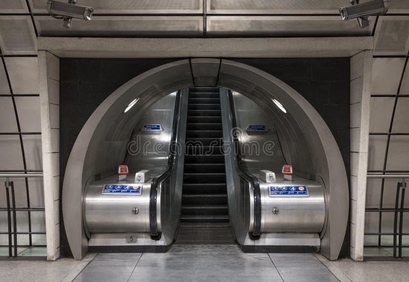 Интерьер станции метро Southwark, Лондона показывая эскалаторы в тоннеле стоковая фотография