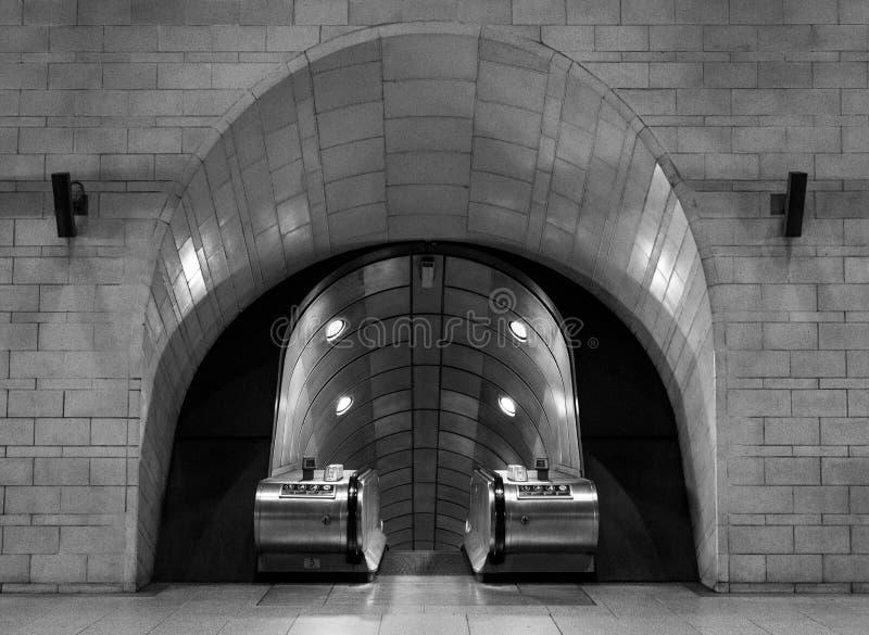 Интерьер станции метро Southwark, Лондона показывая эскалаторы в тоннеле стоковая фотография rf