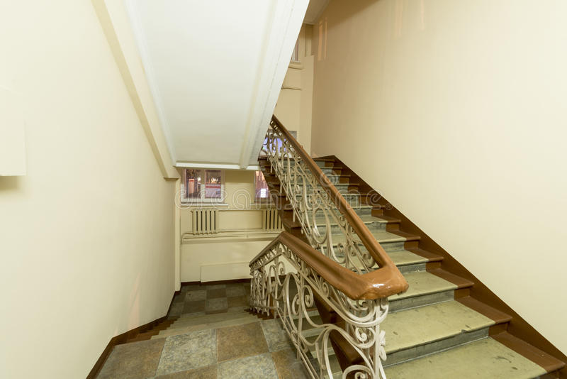 Интерьер старого входа многоквартирного дома в Москве стоковые изображения