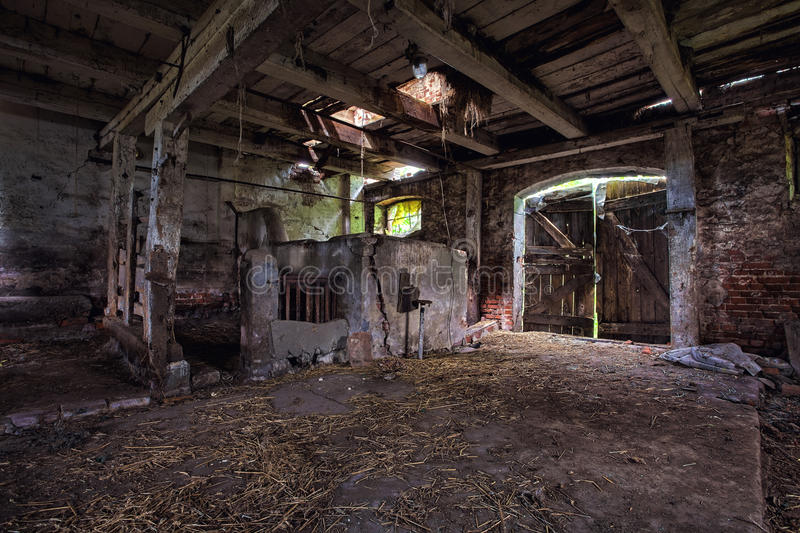 Интерьер старого, распадаясь амбара. стоковое фото