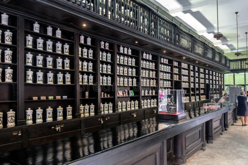 Интерьер старомодной фармации - Гаваны, Кубы стоковые фотографии rf