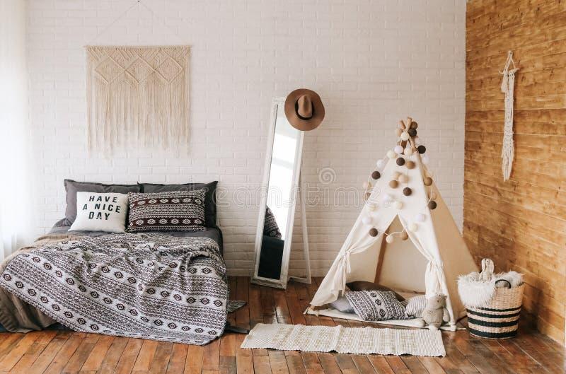 Интерьер стиля boho кровати спальни стоковая фотография rf