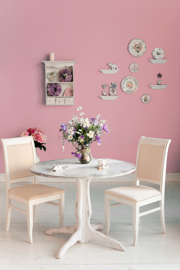 Интерьер столовой с стеной декоративных плит цветков розовой стоковое фото