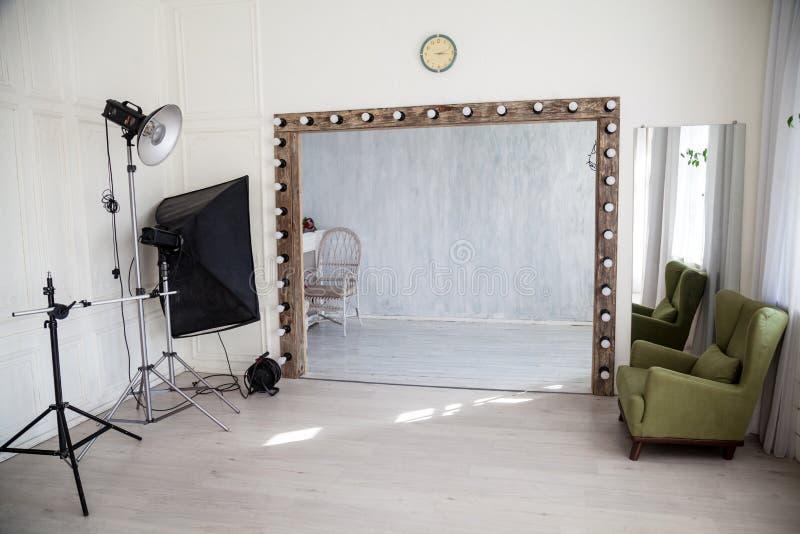 Интерьер стула стены проблескового света PhotoStudio стоковое изображение