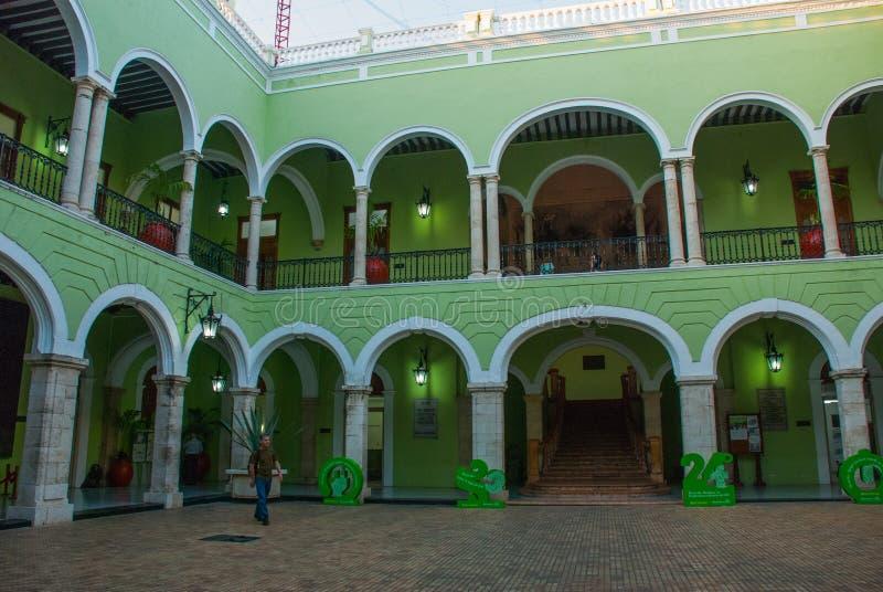 Интерьер с сводами, картинами и зелеными стенами Ратуша города Юкатана в Мексике Мерида стоковое изображение