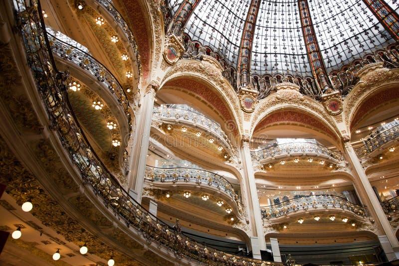Интерьер торгового центра Лафайета, Парижа стоковые фото