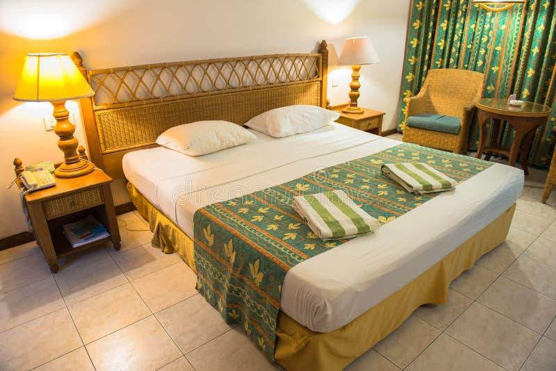 Интерьер тропической спальни виллы в южном мужском атолле стоковое фото