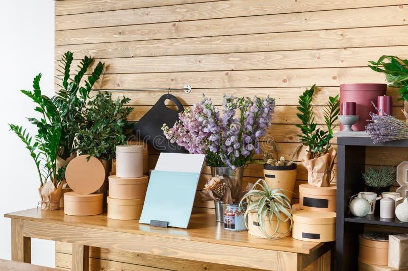 Интерьер цветочного магазина, мелкий бизнес студии флористического дизайна стоковое изображение rf
