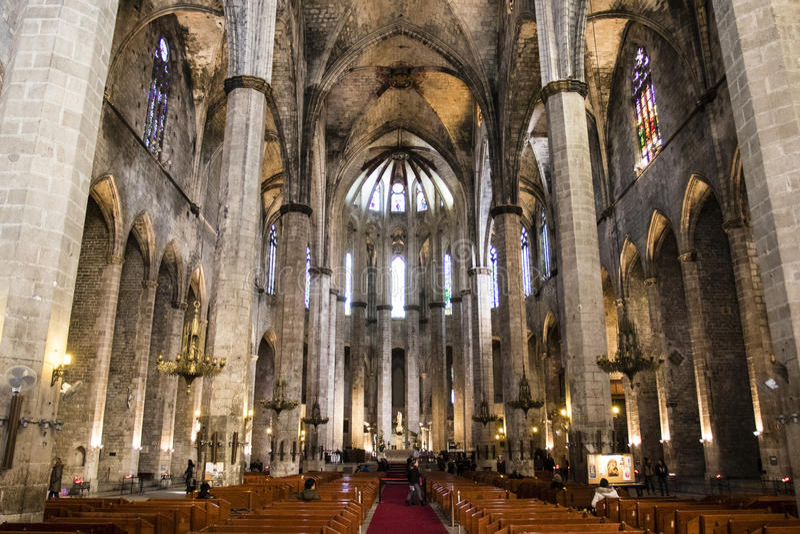 Интерьер церков Santa Maria Del Mar в Барселоне, Каталонии, Испании стоковые изображения