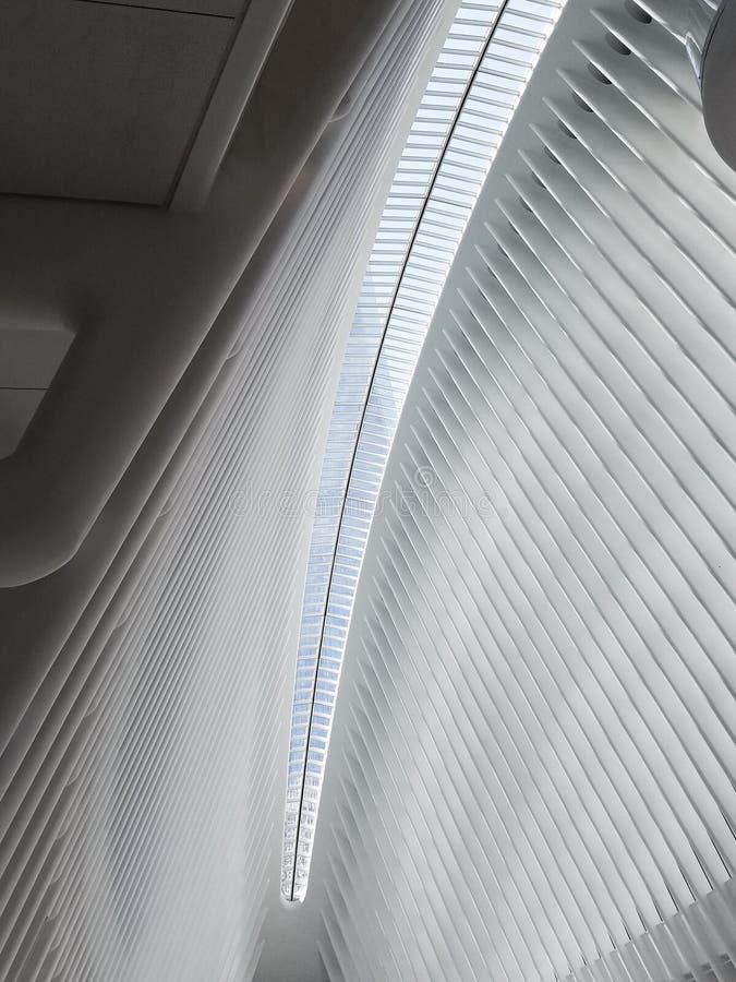 Интерьер эпицентра деятельности транспорта станции WTC всемирного торгового центра Потолок дома главного вокзала, Oculus Манхатта стоковое фото