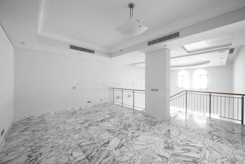 Download Интерьер яркой пустой комнаты Стоковое Изображение - изображение насчитывающей дом, современно: 40575319