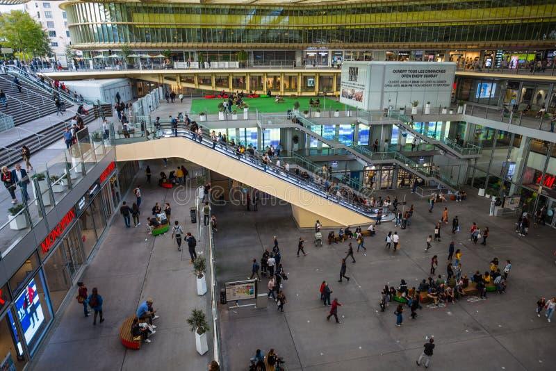 Интерьер des Halles форума, современного торгового центра Les Halles было рынком свежих продуктов старого Парижа центральным Фран стоковое изображение