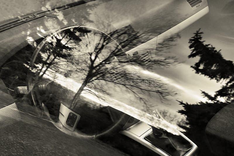 Интерьер Opel Astra осматриванный через окно в деревне Mila в чехословакских центральных горах благоустраивает зону с stylization стоковые фото