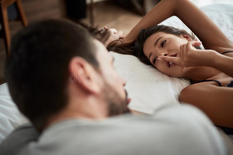 Интимные пары во время foreplay в кровати стоковое фото