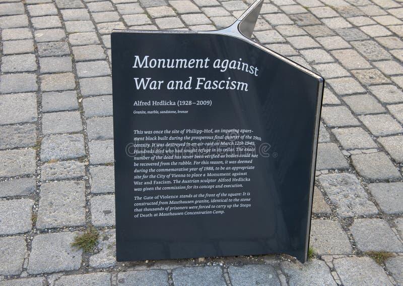 Информативная металлическая пластинка, памятник против войны и фашизм, Вена, Австрия стоковые фотографии rf