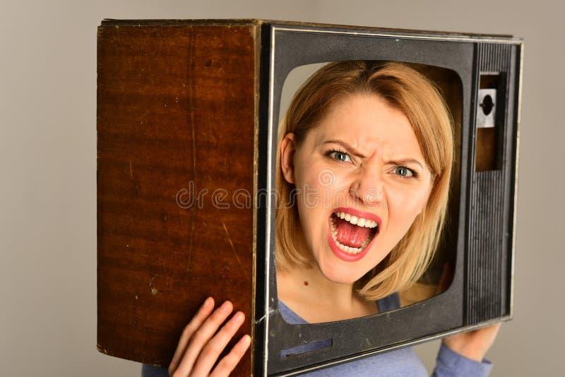 Информационное сообщение сердитая женщина делает информационное сообщение информационное сообщение на телевизионном канале Концеп стоковое фото rf