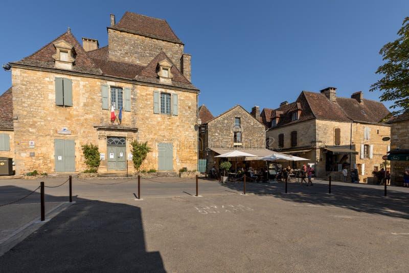 Информационный отдел и ратуша туристической информации в центре средневековой деревни Domme, Аквитании, Франции стоковое фото