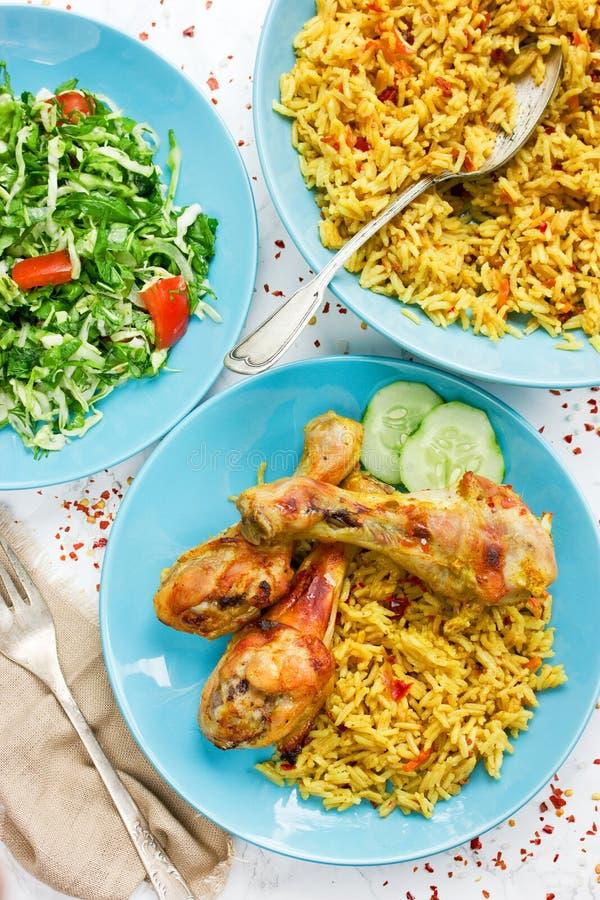 Индеец зажарил в духовке цыпленк цыпленок с пряным basmati рисом и свежим vegetab стоковое фото rf