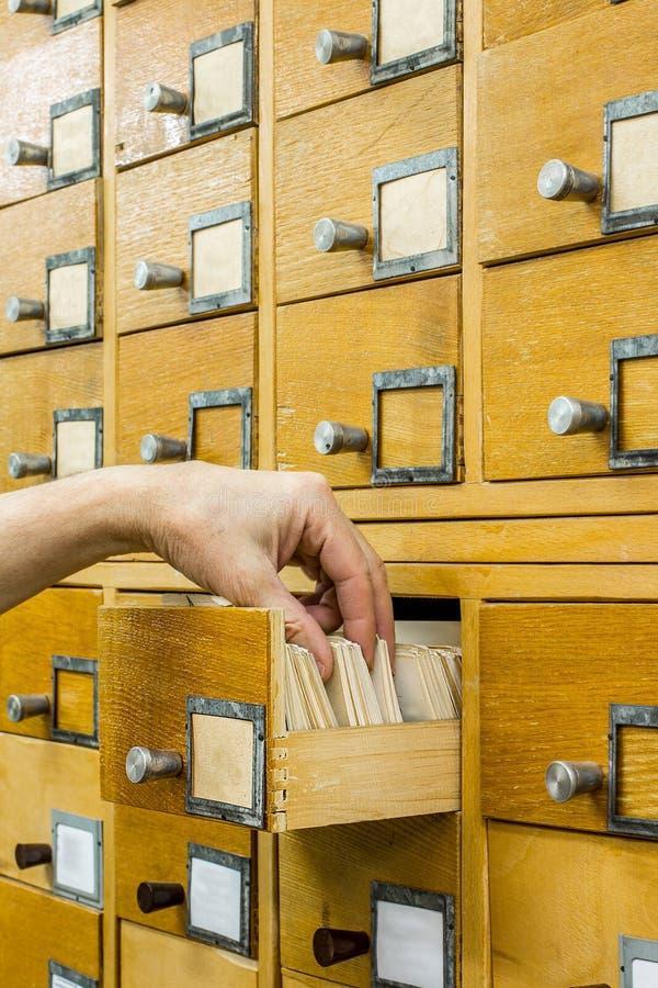 Индекс карточек библиотеки библиотекаря открытый стоковая фотография