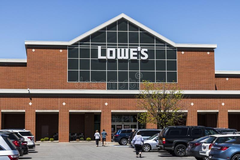 Индианаполис - около апрель 2017: Склад улучшения дома ` s Lowe ` S Lowe приводится в действие розничные магазины улучшения дома  стоковая фотография