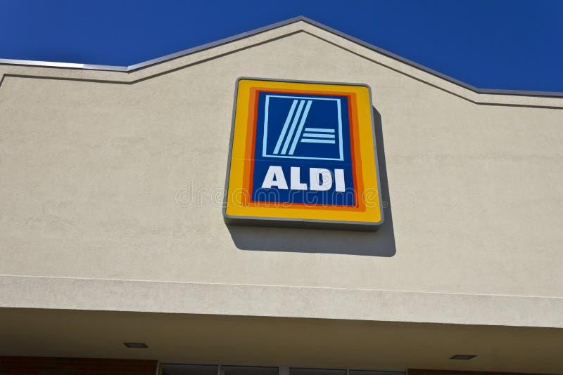 Индианаполис - около апрель 2016: Супермаркет II скидки Aldi стоковые фото
