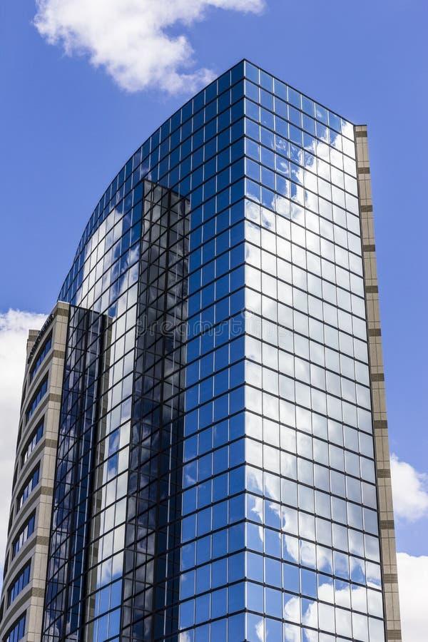 Индианаполис - около сентябрь 2016: Небоскреб окна плитки зеркала с голубым небом и белыми облаками в отражении II стоковые изображения