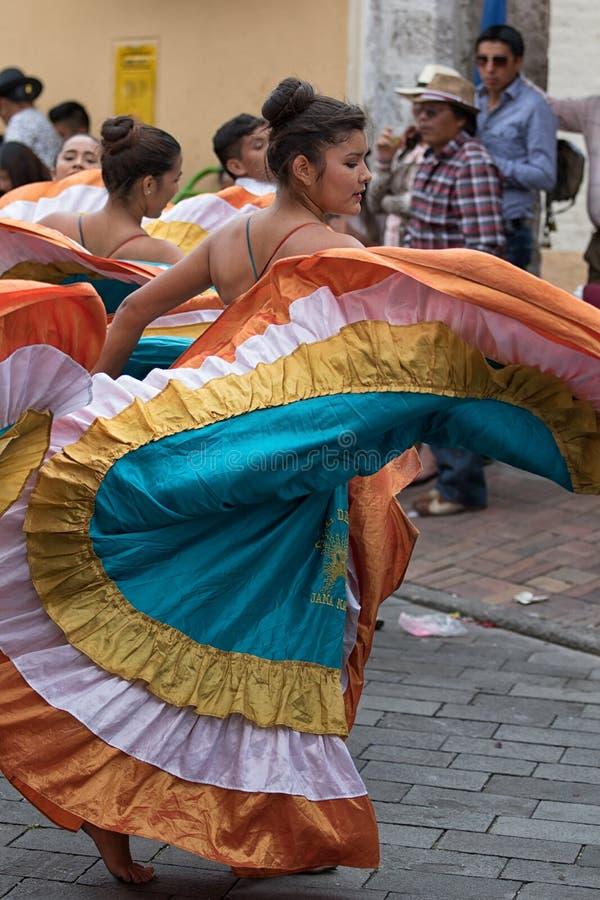 Индигенный женский танцор в колониальном платье в эквадоре стоковое изображение