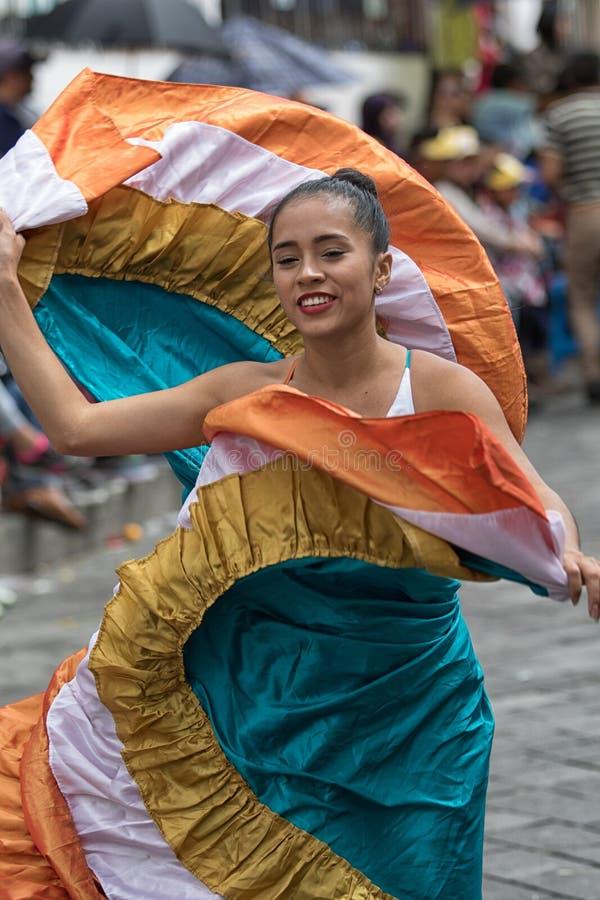 Индигенный женский танцор в колониальном платье стоковое фото