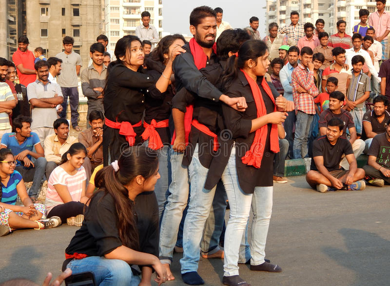 Индийская группа театра выполняет игру улицы стоковые фотографии rf