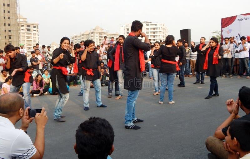 Индийская группа театра выполняет игру улицы стоковые изображения rf