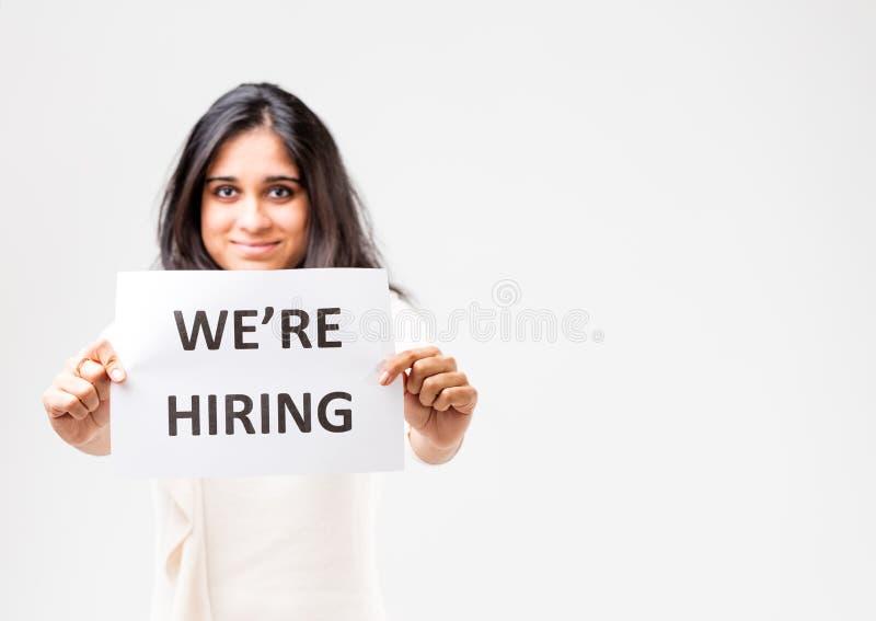 Download Индийская девушка держа знак рабочего места Стоковое Фото - изображение насчитывающей ободрите, увещайте: 81806122