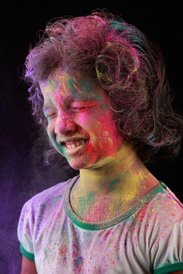Индийская девушка играет holi стоковые изображения